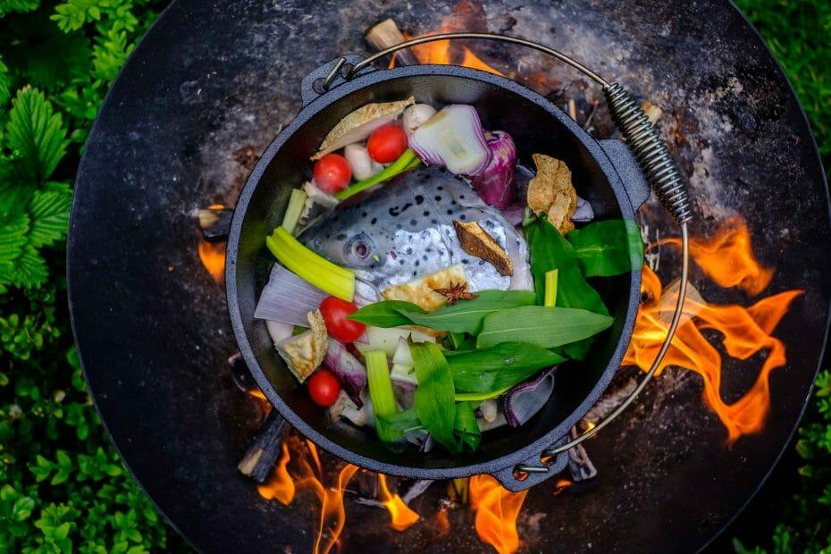Fischsuppe mit Lachskopf