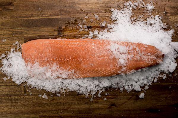 PUR ARCTIC Frisches Lachsfilet auf Haut